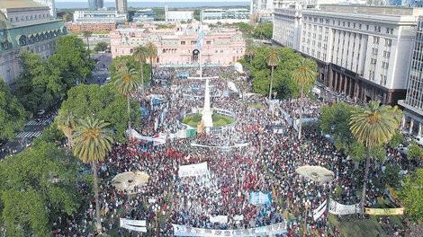 La militancia y las organizaciones sociales volvieron a llenar la Plaza de Mayo