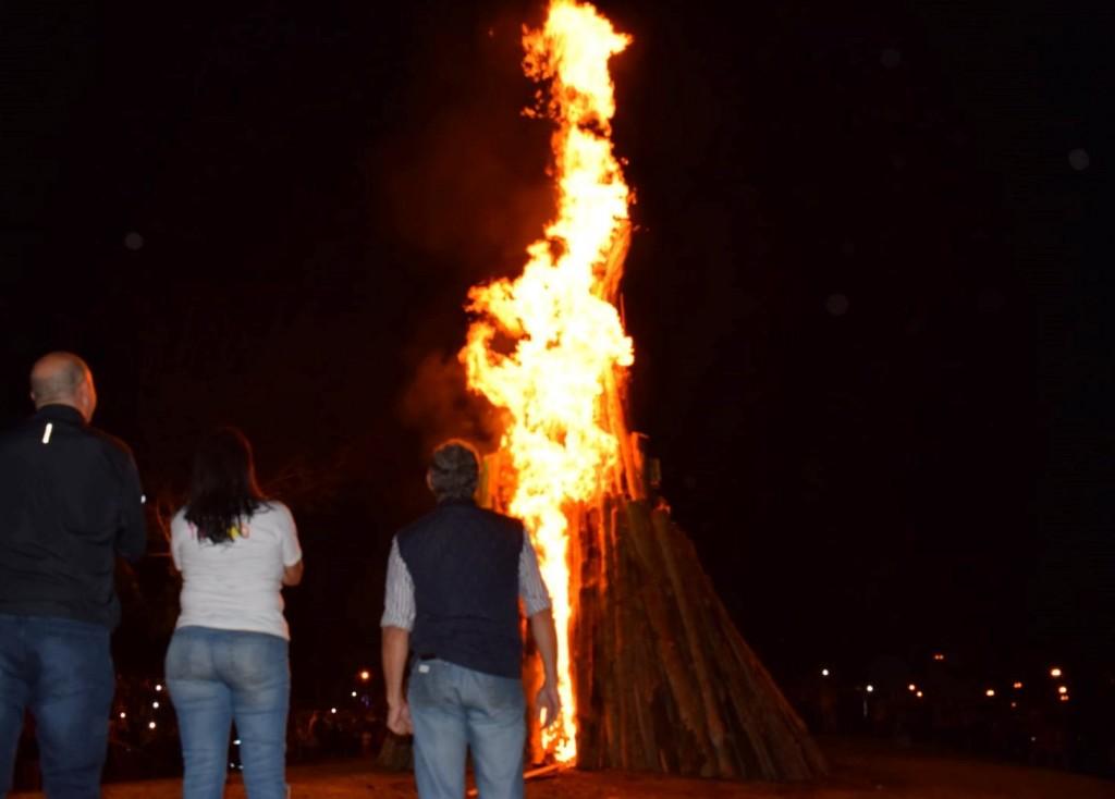 Con una gran fogata se inició el Festival del Guiso en Paso de los Libres