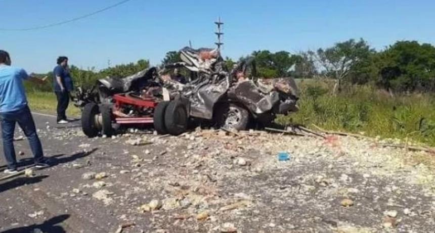 Un padre y su hijo murieron al chocar con un acoplado que se desprendió de un camión