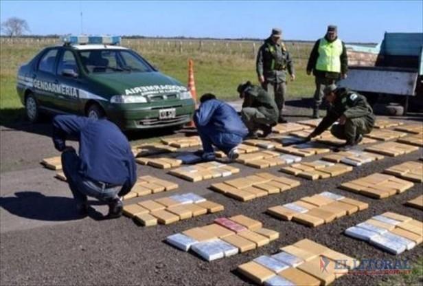 Incautan 300 kilos de cocaína, armas y avionetas tras una persecución aérea