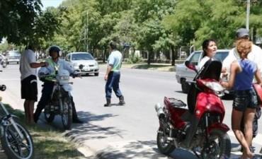 A las trompadas, inspectora de tránsito evitó que le roben la moto