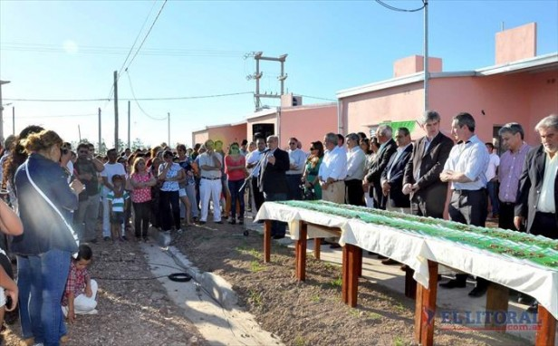 Colombi entregó 100 viviendas, anunció otras 300 y la licitación de tres edificios