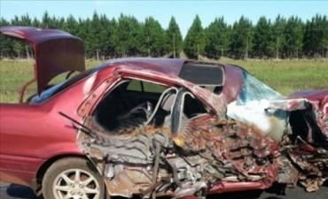 Brutal choque entre un automóvil y un camión