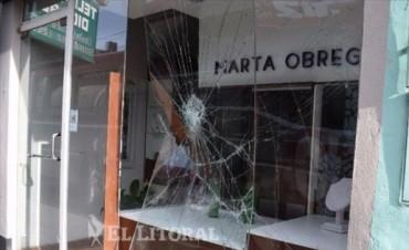 Detuvieron a jóvenes por robar una joyería rompiendo la vidriera