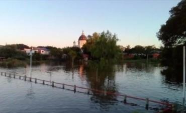 Por la creciente siguen asistiendo a comunas costeras pero pronostican un descenso del río
