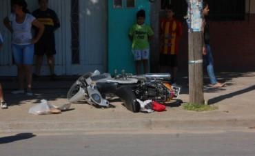 Motociclistas heridos gravemente tras chocar contra un poste