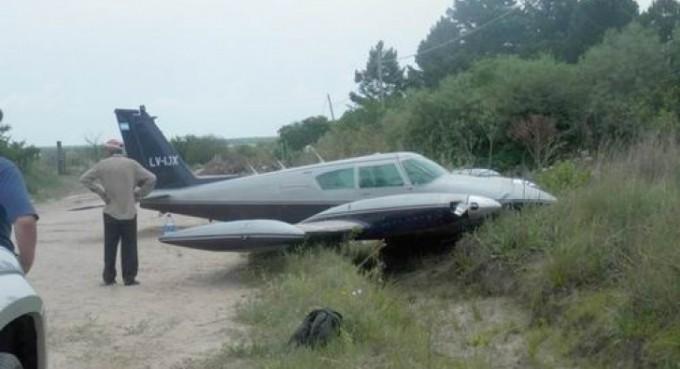 Avioneta aterrizó de emergencia y terminó en un zanjón