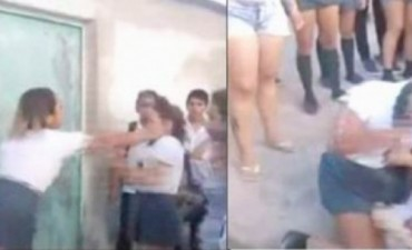 Alumnas, a las piñas a la salida del colegio