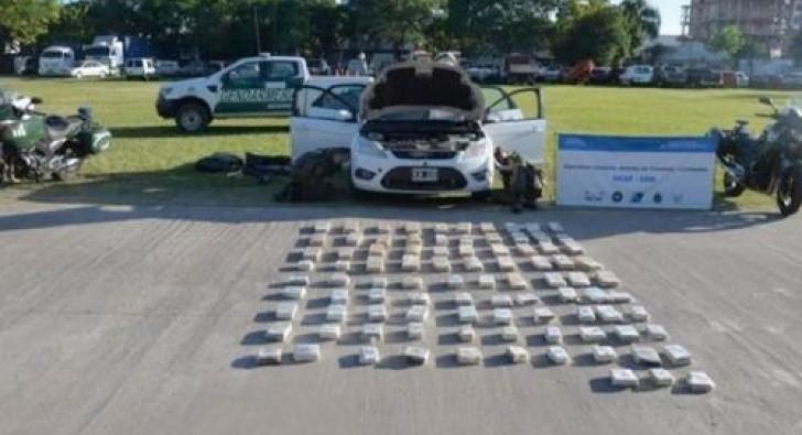 Llevaba 66 kilos de droga en los asientos del auto