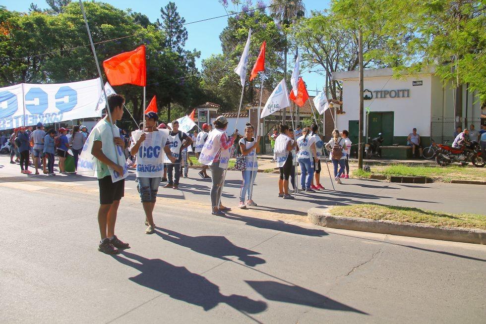 Empleados de la Tipoití llevaron su protesta al frente de la planta textil