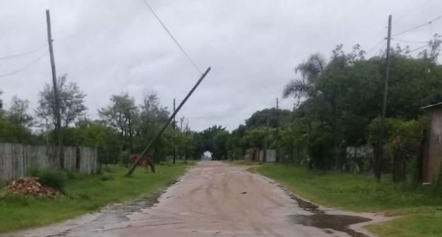 Tres localidades sin luz por más de 12 horas tras caída de postes por temporal
