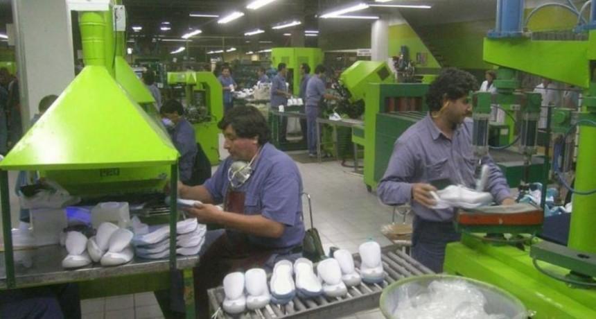 Sin garantías de pago del bono de $5000, textilera cierra un mes por receso