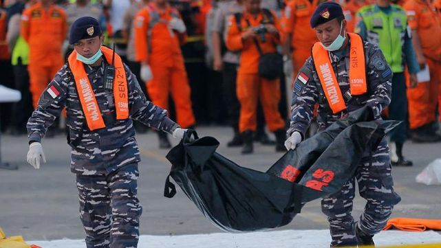 Encontraron cuerpos de pasajeros abrochados a sus asientos en el fondo del mar