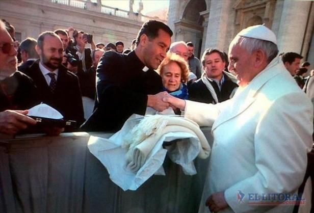 En el Vaticano, mercedeños entregaron el poncho al Papa Francisco en persona