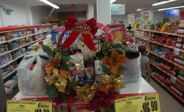 Supermercados comienzan a ofrecer sus canastas navideñas
