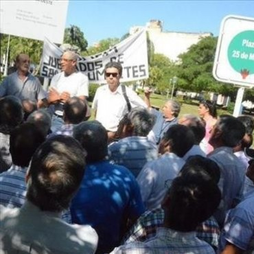 """A la espera de respuestas, policías retirados instalan un """"aguante"""" con el apoyo de penitenciarios y pensionadas"""