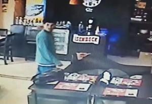 Ladrón filmado cuando robaba en un resto bar