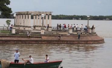 El río se acerca al nivele de alerta y comenzó la asistencia en las costas