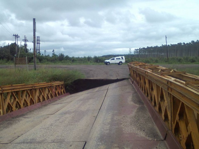 Evacuaron a cinco familias y reparan un puente en Esquina