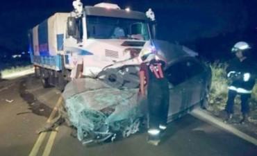 Dos muertos tras choque frontal de auto y camión