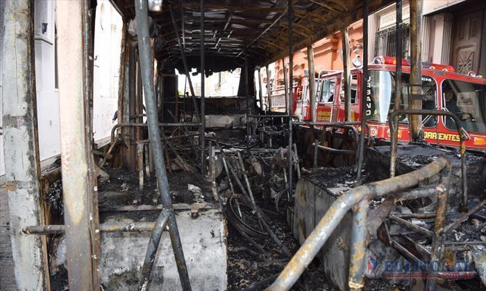 Encuentran completamente incendiado un colectivo de la UTA