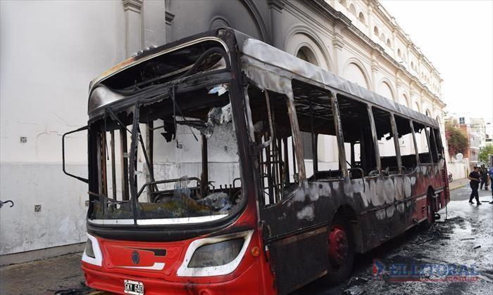 Investigan si fue intencional el incendio de un colectivo frente a la sede de la UTA