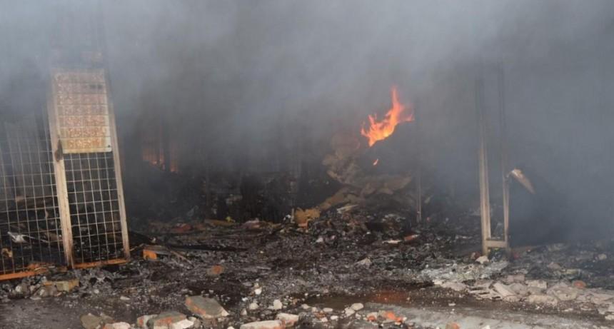 Un gran incendio destruyó más de 80 locales del Mercado de Productos Frescos