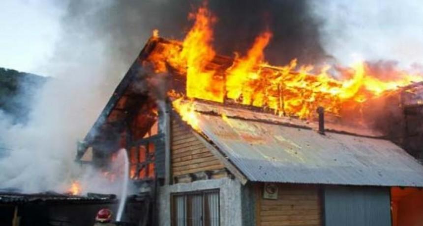 Rescataron a dos niños de un incendio en su casa