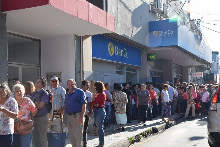 Los bancos de Corrientes fueron desbordados por personas que intentan cobrar