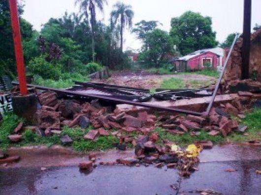 Un fuerte temporal golpeó Santo Tomé y dejó varias casas destruidas