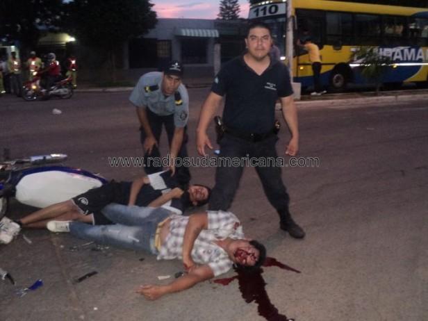Dos motociclistas en grave estado tras chocar contra un colectivo