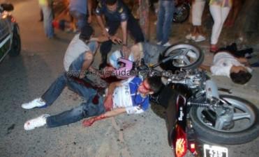 Cuatro menores graves al chocar las motos en las que viajaban