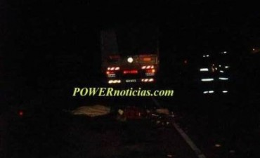 Un hombre murió aplastado por un camión y mujer tras un choque