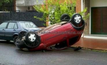 Perdió el control de su auto, chocó contra un árbol y volcó