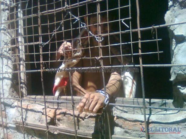 Rescataron a un hombre que vivía encadenado y abandonado en una pieza