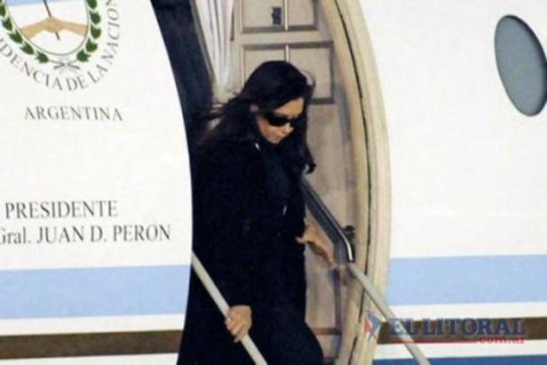 La Presidenta regresó al país tras participar de la despedida a Chávez