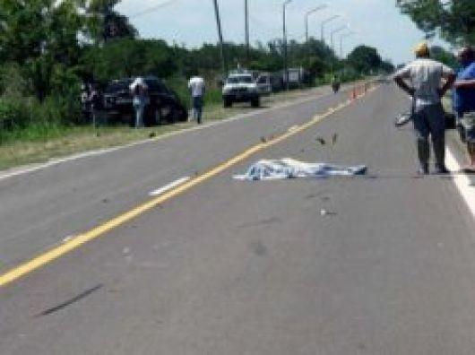 Muere motociclista al colisionar con un poste en el ingreso a Yapeyú