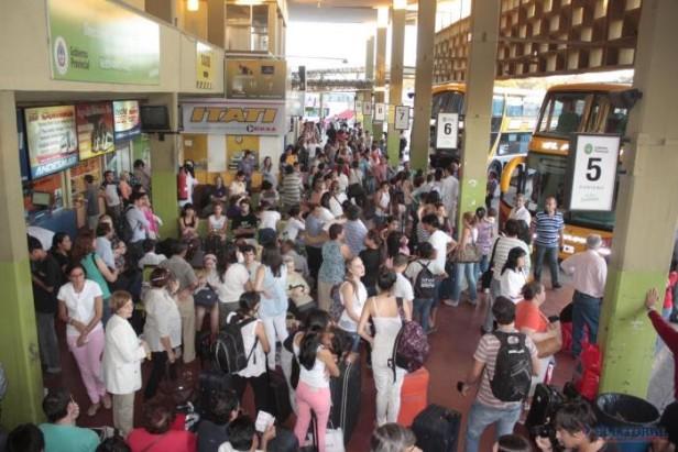 Intenso movimiento de pasajeros en la terminal de cara al fin de semana largo