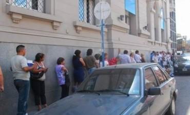 """""""Aguinaldo Dorado"""": extensas filas en el primer día de anticipo"""