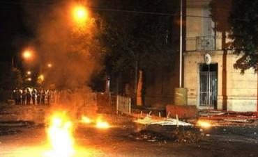 Furia y disturbios: Pueblada y represión tras el crimen de una joven en Junín