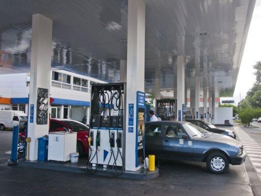 El Gobierno ordenó congelar el precio de los combustibles por seis meses