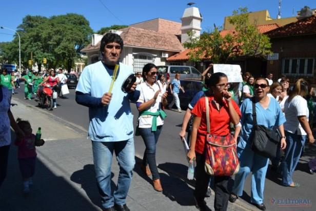 Médicos comunitarios marcharon para pedir su permanencia en la órbita provincial