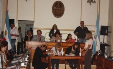 A la luz de las velas, el Concejo protagonizó un caliente debate por el conflicto con Dpec