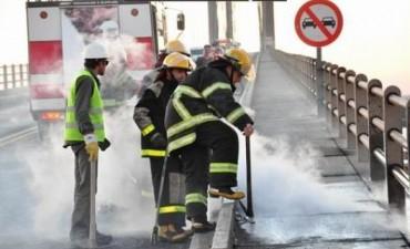 Se incendiaron cables de energía y fibra óptica en el puente Belgrano