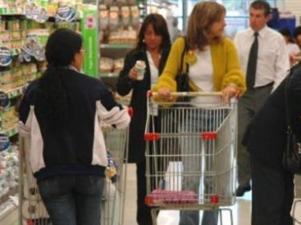 Por la inflación, las empresas venden sus productos más baratos cerca de su vencimiento