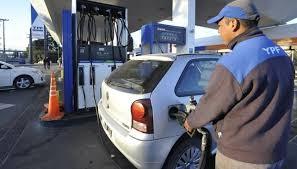 La YPF aumentó sus combustibles y achicó la brecha con los topes